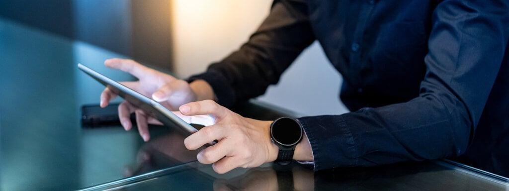 entrepreneur reading news